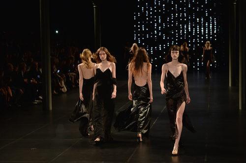 Carrusel de la colección de primavera/verano 2016 de Yves Saint Laurent en París Fashion Week