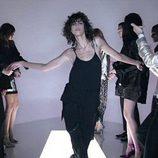 Modelo desfilando con un jumpsuit negro en la nueva campaña del diseñador Tom Ford