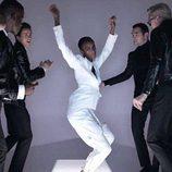 Modelo desfilando con un traje blanco en la nueva campaña del diseñador Tom Ford