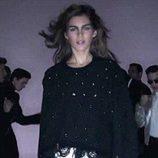 Modelo desfilando con un jersey negro y falda plateada en la nueva campaña del diseñador Tom Ford