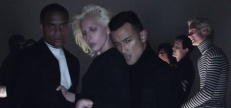 Lady Gaga con otros bailarines en la nueva campaña de Tom Ford