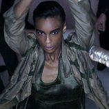 Modelo desfilando con chaqueta y camiseta caqui en la nueva campaña del diseñador Tom Ford