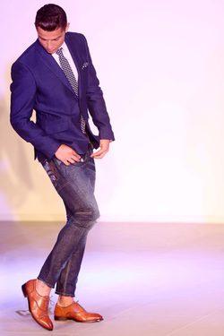 Cristiano Ronaldo con unos zapatos de su nueva colección en la presentación de la línea