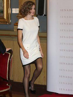 La Reina Letizia luce piernas con un vestido de Felipe Varela en el Premio Luis Carandell 2015