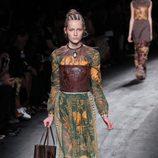 Vestido mostaza y verde de la colección de primavera/verano 2016 de Valentino en París Fashion Week