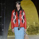 Chaqueta de rombos y falda de cuadros de la colección primavera/verano 2016 de Miu Miu en Paris Fashion Week