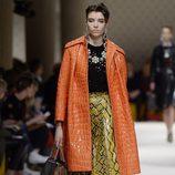 Falda y chaquetón de piel de serpiente de la colección primavera/verano 2016 de Miu Miu en Paris Fashion Week