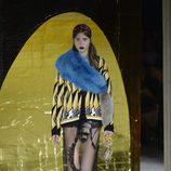 Chaqueta amarilla y negra y falda de transparencias de la colección primavera/verano 2016 de Miu Miu en Paris Fashion Week