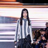 Jersey de rayas y falda negra de la colección primavera/verano 2016 de Louis Vuitton en Paris Fashion Week