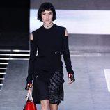 Vestido negro de la colección primavera/verano 2016 de Louis Vuitton en Paris Fashion Week