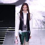Camisa blanca y pantalón verde beige y negro de la colección primavera/verano 2016 de Louis Vuitton en Paris Fashion Week