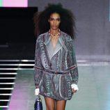Mini vestido gris de la colección primavera/verano 2016 de Louis Vuitton en Paris Fashion Week