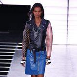 Chaqueta de cuero y falda azul de la colección primavera/verano 2016 de Louis Vuitton en Paris Fashion Week