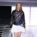Chaqueta negra y falda blanca de la colección primavera/verano 2016 de Louis Vuitton en Paris Fashion Week