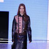 Chaqueta y falda de cuero de la colección primavera/verano 2016 de Louis Vuitton en Paris Fashion Week