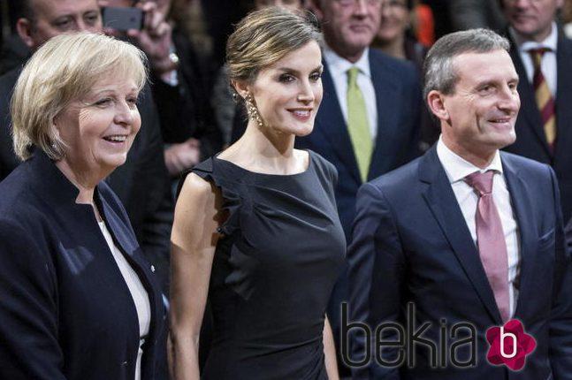 La reina Letizia elige un little black dress y una capa de Hugo Boss en su viaje a Alemania