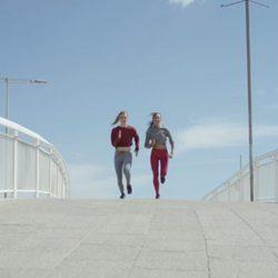 Modelo de zapatilla deportiva Urban Fitness de Reebok y Bershka