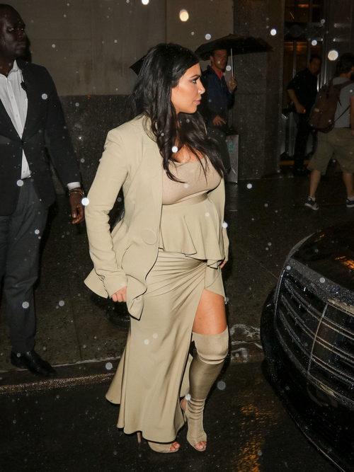 Kim Kardashian con vestido asimétrico y blazer beige en su segundo embarazo