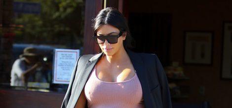 Kim Kardashian con vestido rosa ceñido y blazer negra en su segundo embarazo