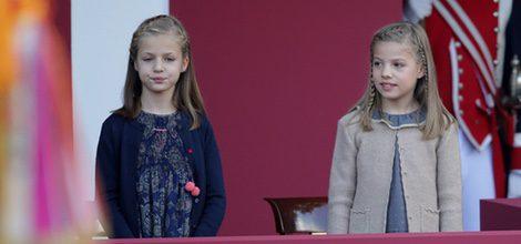La princesa Leonor y la Infanta Sofía con vestidos de Nanos en el Día de la Hispanidad