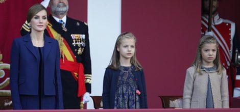 La princesa Leonor y la Infanta Sofía con vestidos de Nanos en el Día de la Hispanidad junto a su madre la Reina Letizia