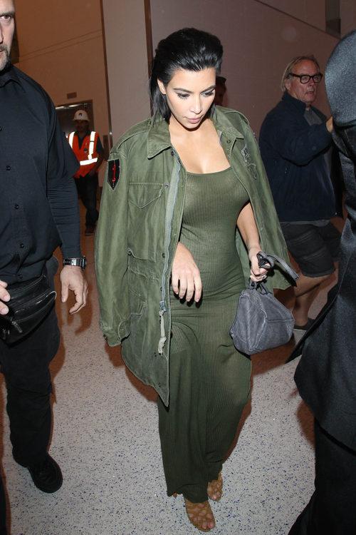 Kim Kardashian con vestido y chaqueta verde militar en su segundo embarazo
