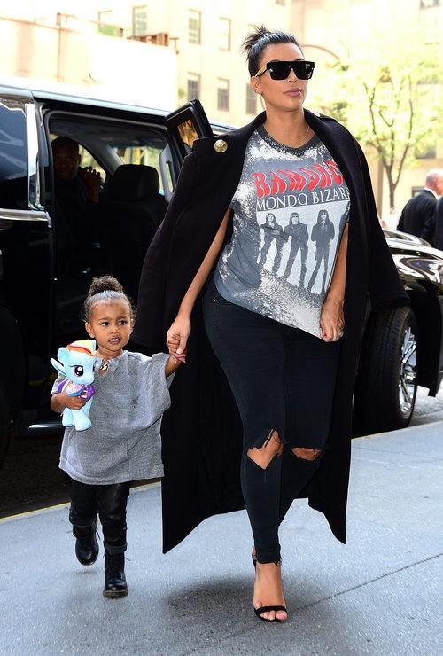 Kim Kardashian con pantalón roto y camiseta gris en su segundo embarazo