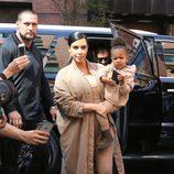 Kim Kardashian con look entero beige en su segundo embarazo