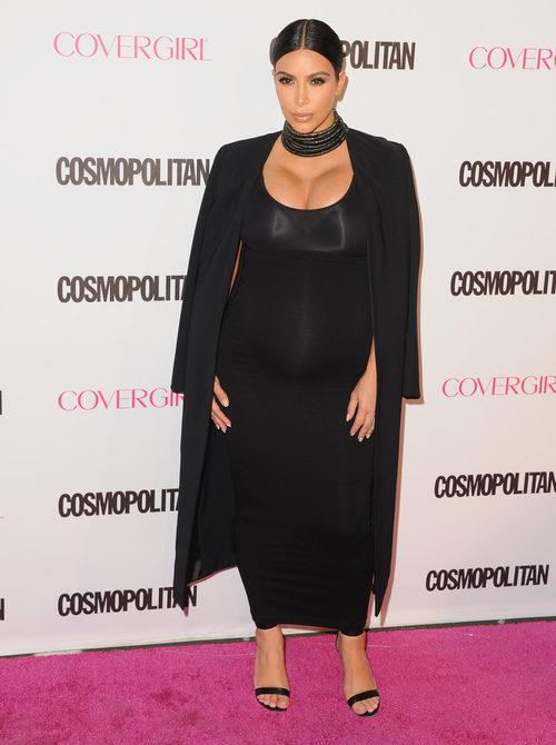 Kim Kardashian con ajustado vestido negro en su segundo embarazo