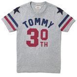 Camiseta gris de la colección cápsula 2015 del 30 aniversario de Tommy Hilfiger