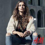 Camisa étnica y abrigo beige de la colección otoño/invierno 2015/2016 de H&M