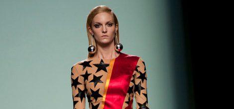 Vestido con estrellas y rayo rojo de la colección otoño/invierno 2015/2016 de María Escoté