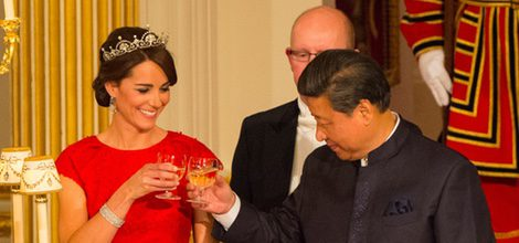 Duquesa de Cambridge Kate Middleton con vestido rojo en su primera cena de Estado
