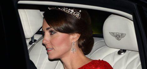 Duquesa de Cambridge con corona de diamantes en el coche yendo hacia su primera cena de Estado