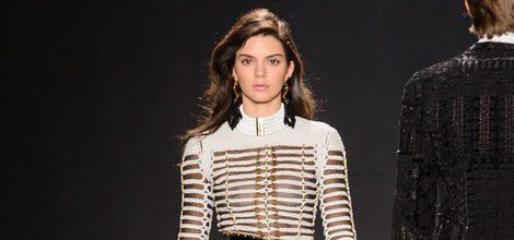 Kendall Jenner con camiseta blanca y pantalón negro en el desfile de Balmain para H&M en Nueva York