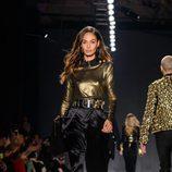 Joan Smalls con camisa dorada y pantalón negro en el desfile de Balmain para H&M en Nueva York