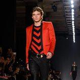 Jordan Barrett con camiseta de rayas y pantalón negro en el desfile de Balmain para H&M en Nueva York
