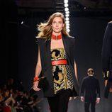 Nadja Bender con jumpsuit dorado y negro el desfile de Balmain para H&M en Nueva York