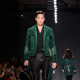 Modelo con chaqueta verde y pantalón negro en el desfile de Balmain para H&M en Nueva York