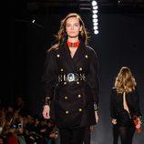 Modelo con abrigo negro en el desfile de Balmain para H&M en Nueva York