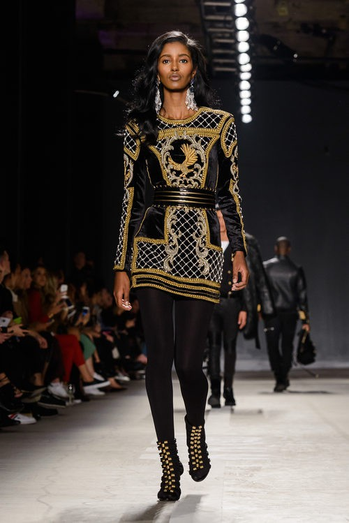 Senait Gidey con vestido dorado y negro en el desfile de Balmain para H&M en Nueva York