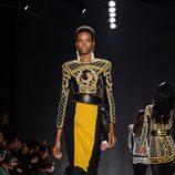 Maria Borges con vestido dorado y negro en el desfile de Balmain para H&M en Nueva York