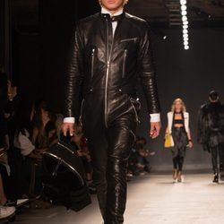 Modelos desfilando por la pasarela de Nueva York en la presentación de la colección de Balmain para H&M