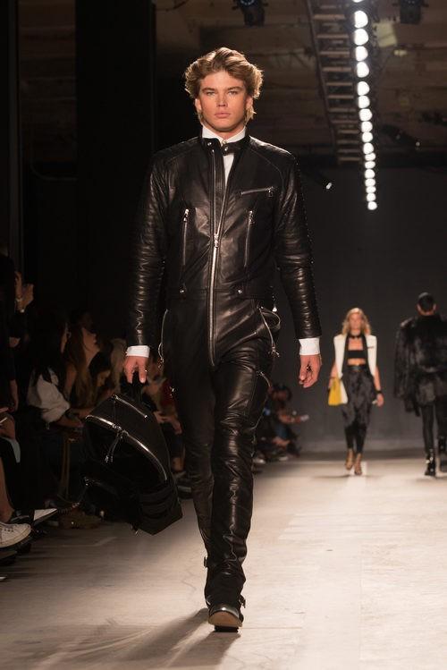 Jordan Barrett con mono de cuero negro en el desfile de Balmain para H&M en Nueva York