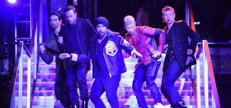 Los Backstreet boys actuando en la presentación de la colección de Balmain para H&M