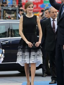 La Reina Letizia con un Felipe Varela en la entrega de los Premios Princesa de Asturias 2015