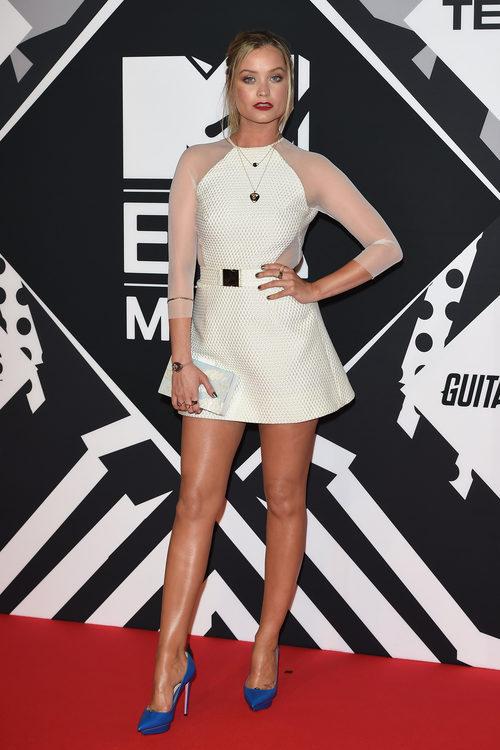 Laura Whitmore con vestido blanco en la alfombra roja de los MTV EMA Awards 2015