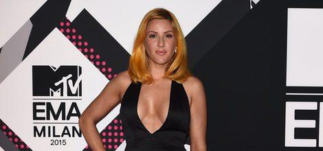 Ellie Goulding con vestido negro en la alfombra roja de los MTV EMA Awards 2015