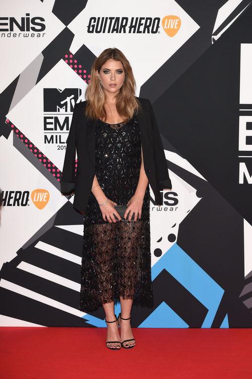 Ashley Benson con vestido negro en la alfombra roja de los MTV EMA Awards 2015
