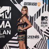 Hailey Baldwin con vestido negro y verde en la alfombra roja de los MTV EMA Awards 2015